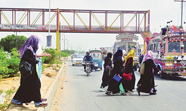 pakistan-karachi-ladies-crossing-traffic-footbridge
